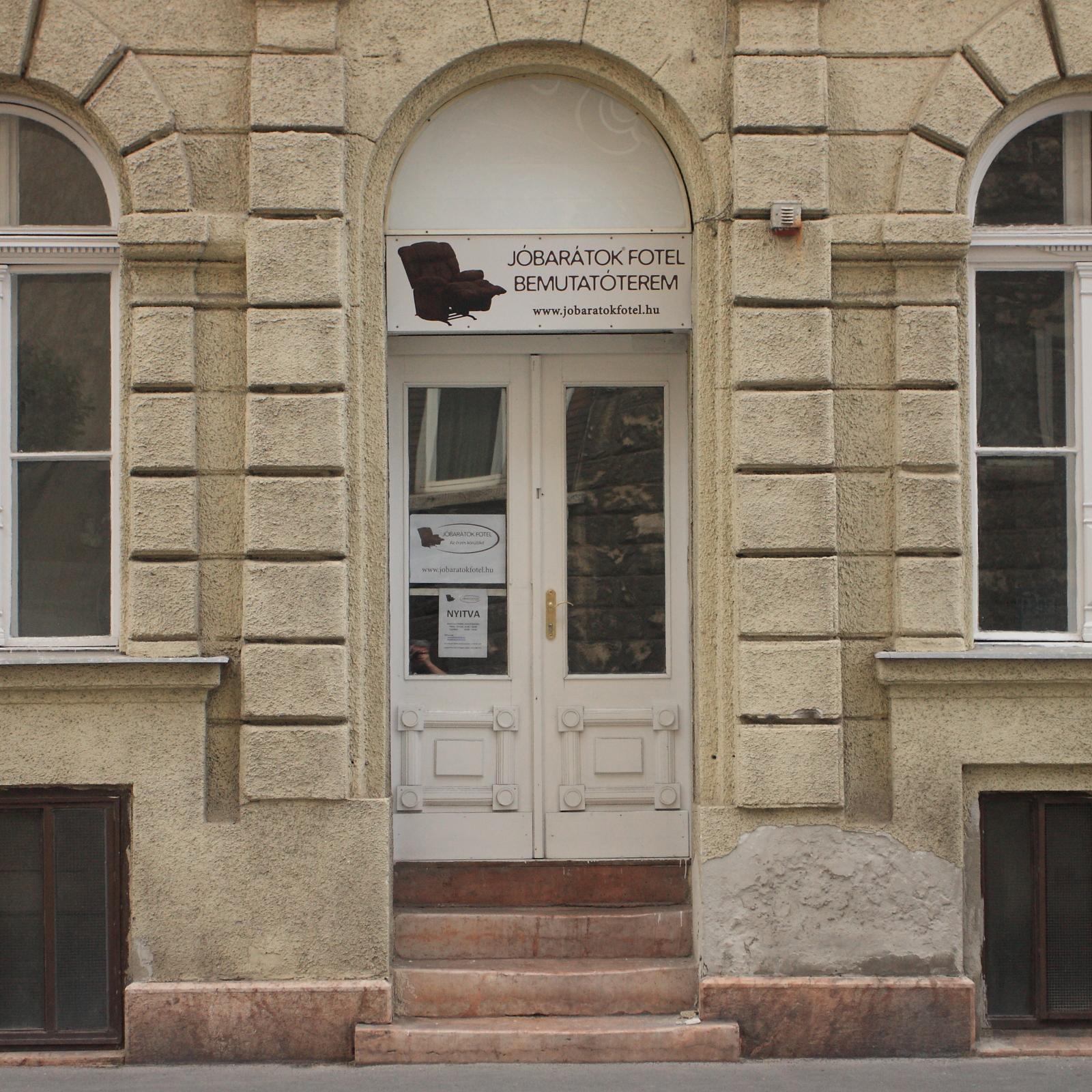 JÓBARÁTOK FOTEL Bemutatóterem portál